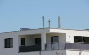 3 Kamine Inox über Dach mit Bastenhut