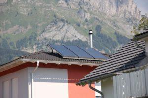 Kamin Inox über Dach mit Bastenhut